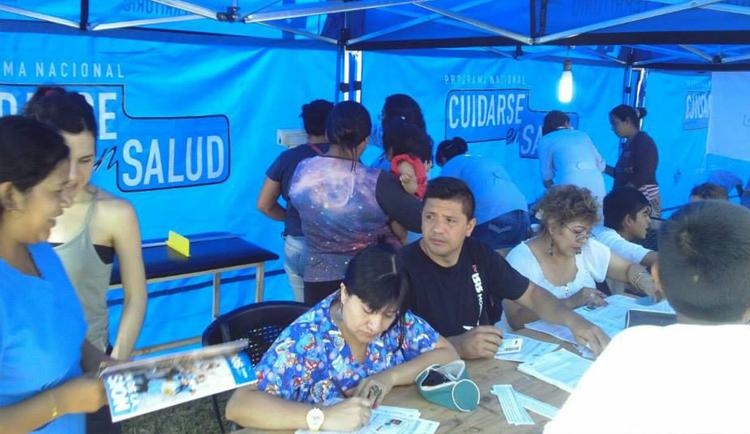 foto: Informando a los habitantes de la comunidad sobre factores de riesgo relacionados con la salud