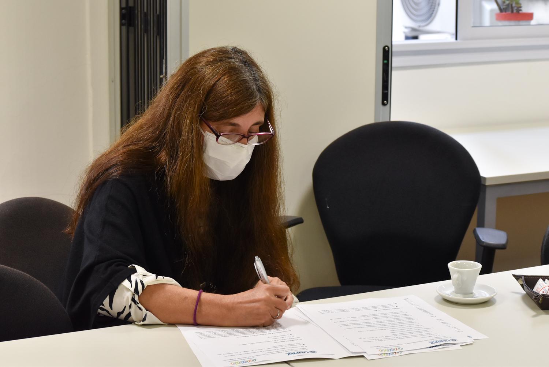 Mariana Herrera firma el convenio entre la UNPAZ y el BNDG.